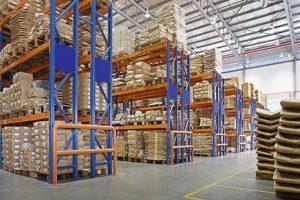 sklad s vícevrstvými regály v továrně